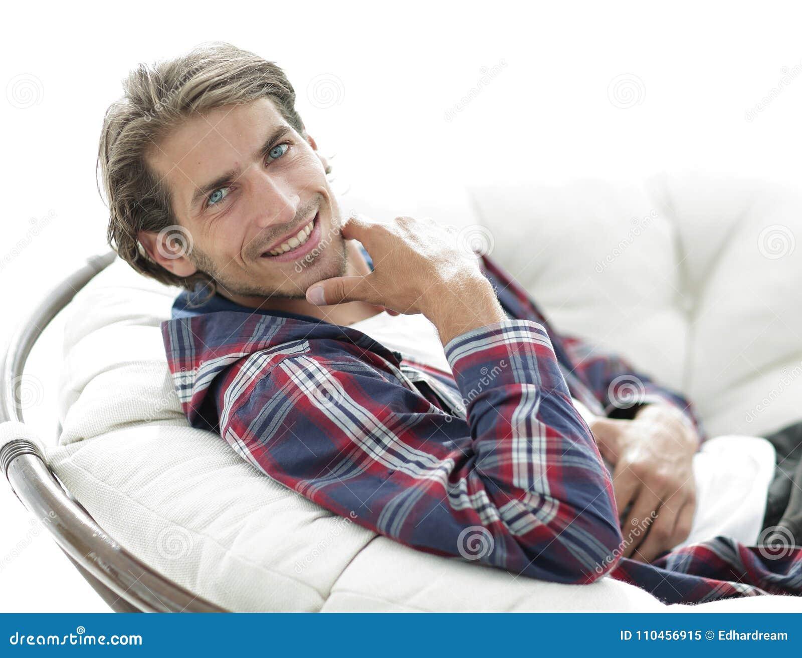 Closeup grabben vilar sammanträde i en stor bekväm stol