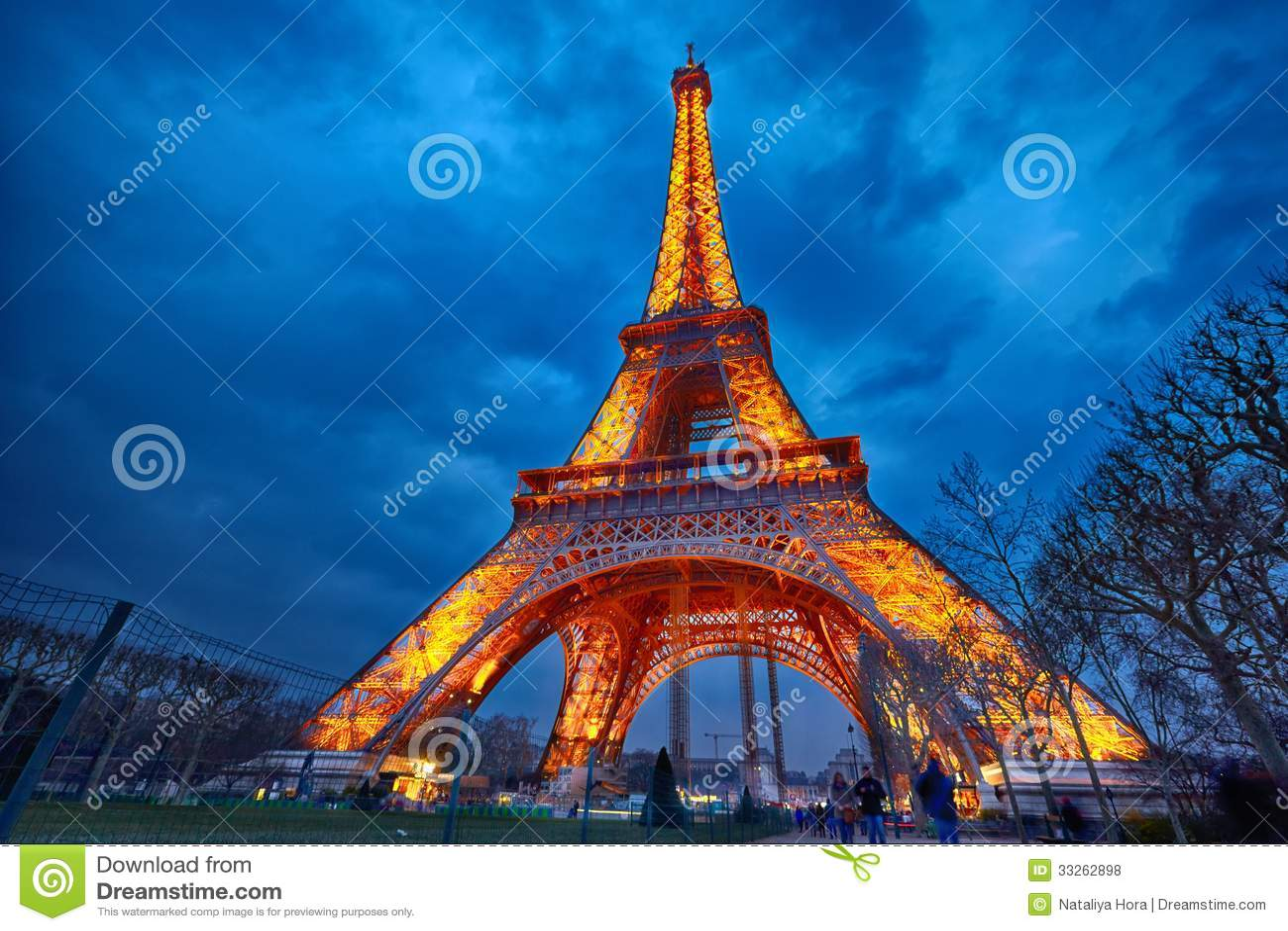 Closeup of illuminated eiffel tower at night paris for Show a paris