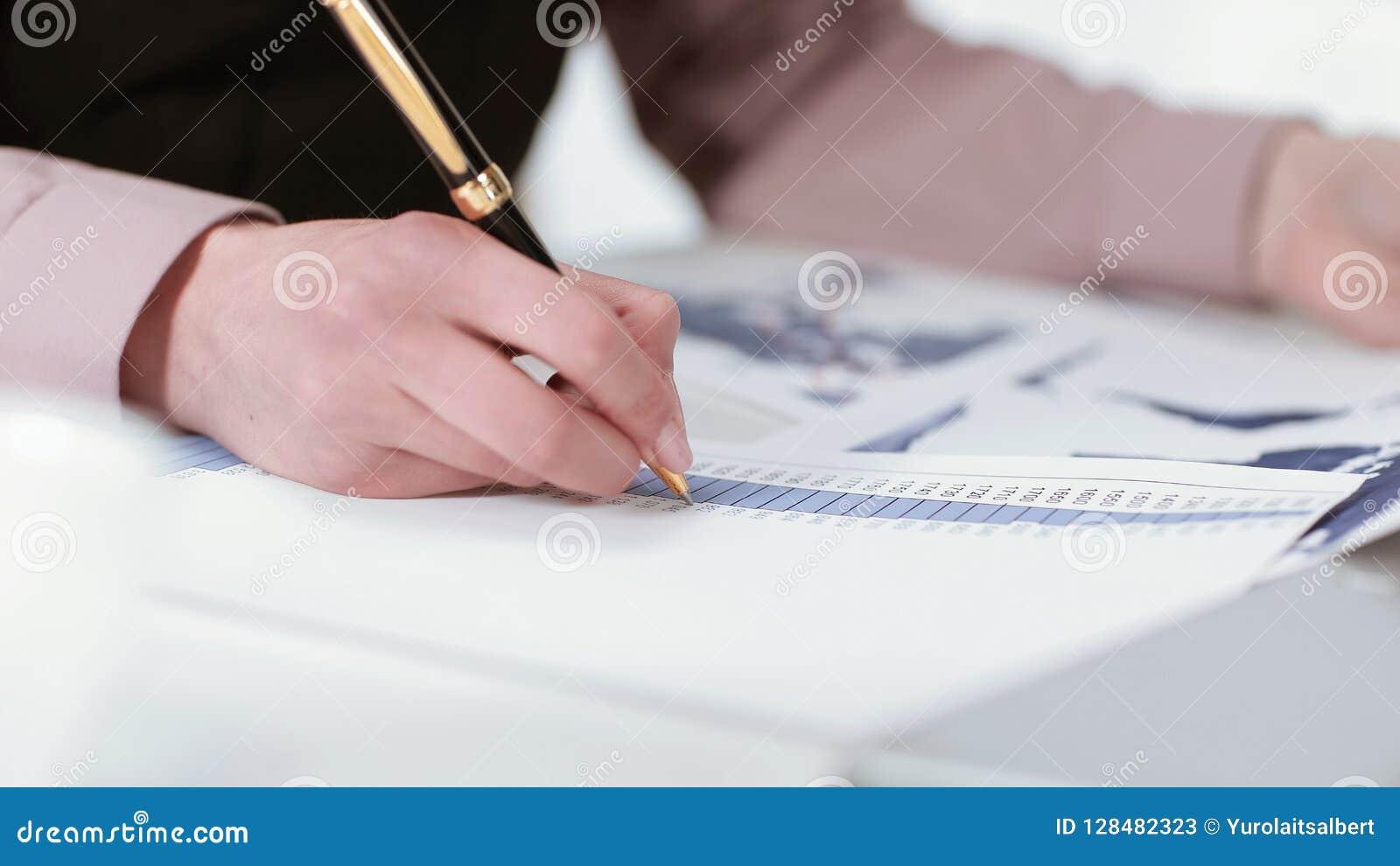 Closeup jeune femme d affaires vérifiant le relevé de compte financier