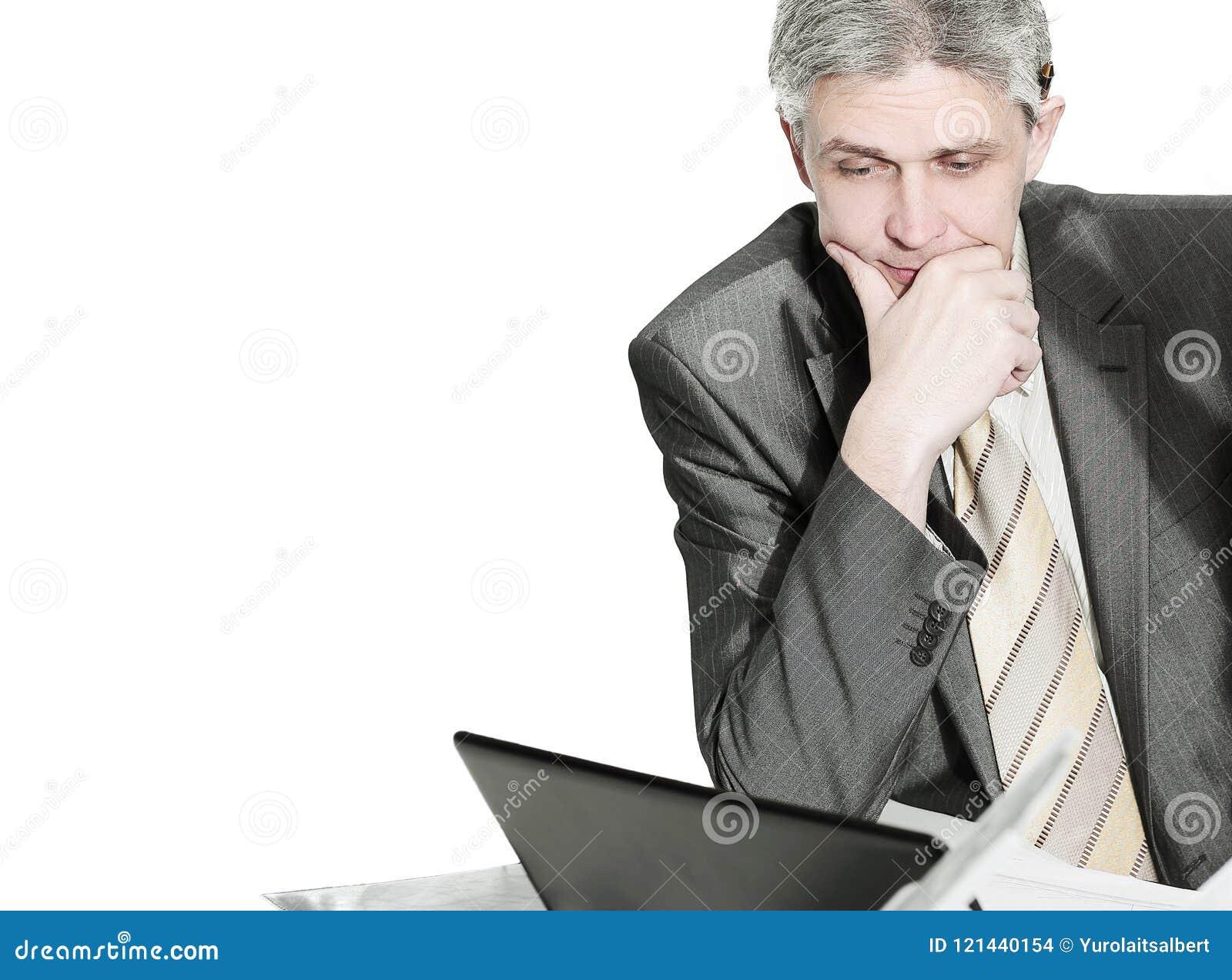 Closeup os empregados do ` s da empresa para discutir edições de negócio