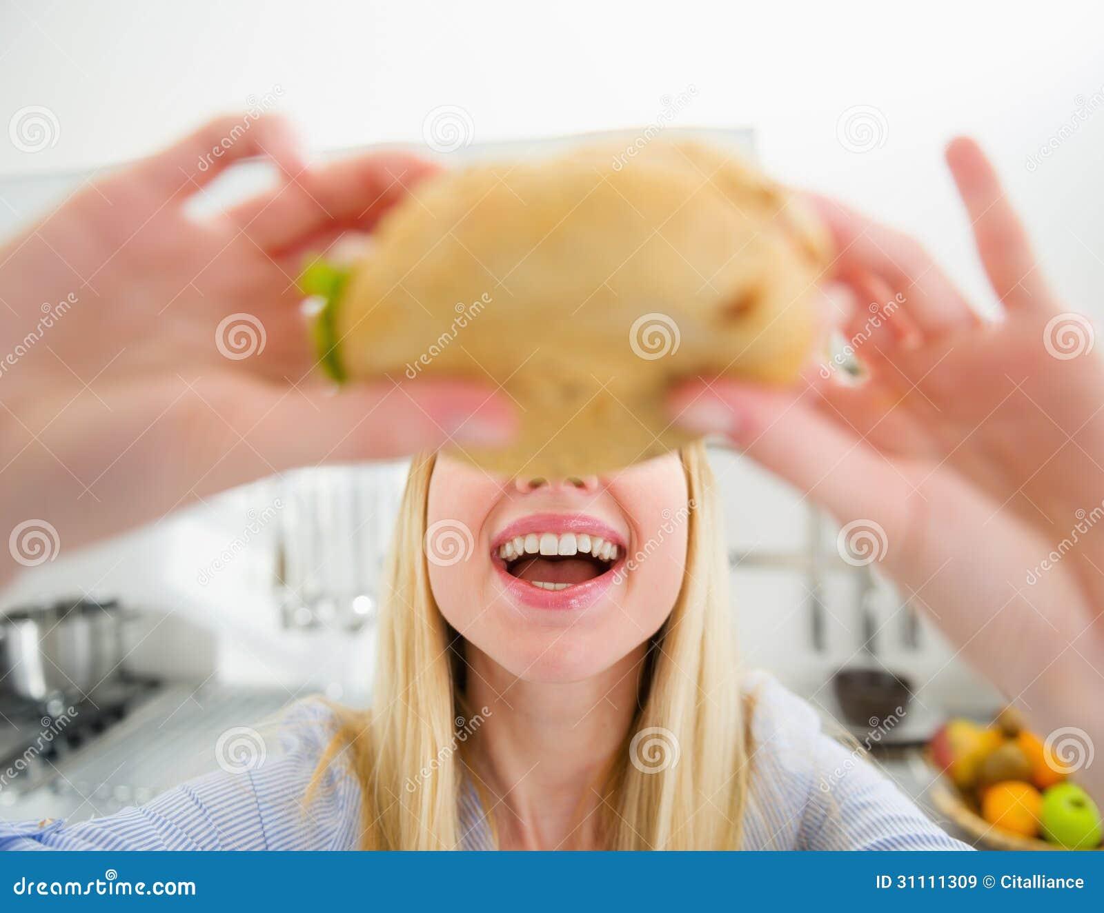 Closeup på tonåringflickan som äter smörgåsen