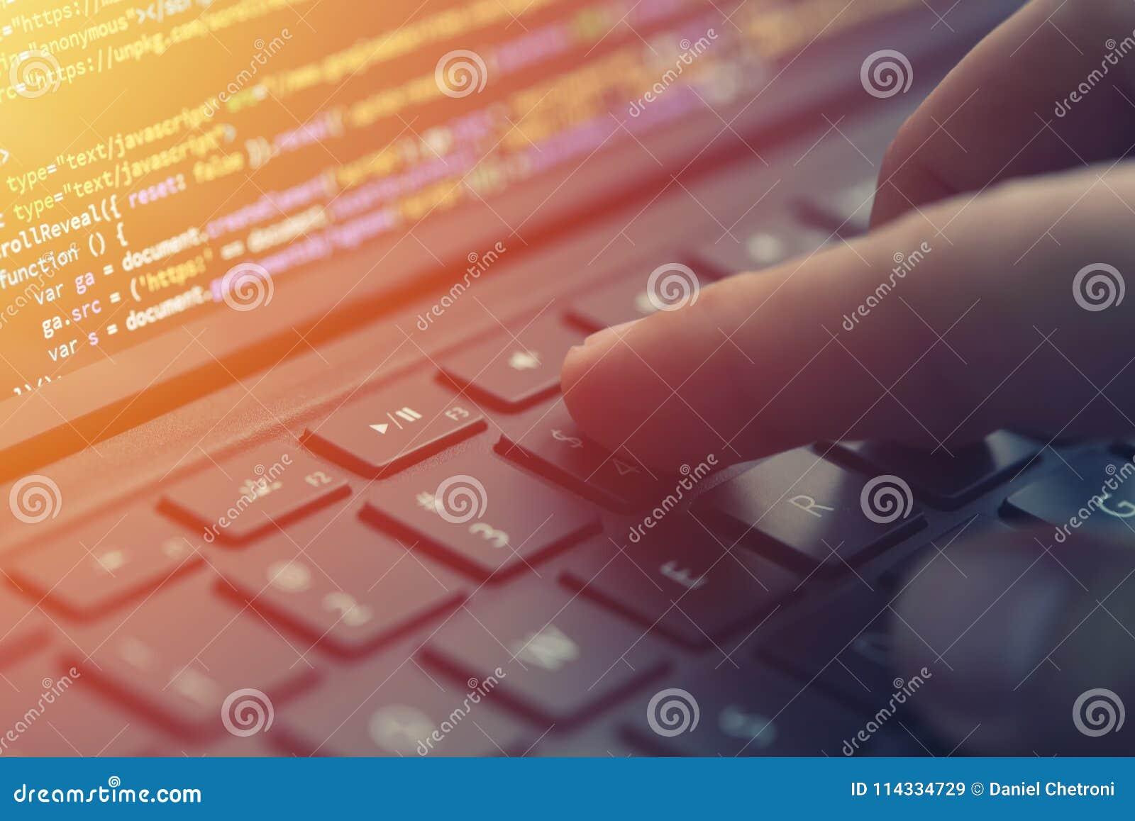 Closeup som kodifierar på skärmen, händer som kodifierar html och programmerar på skärmbärbara datorn, rengöringsdukutveckling, b
