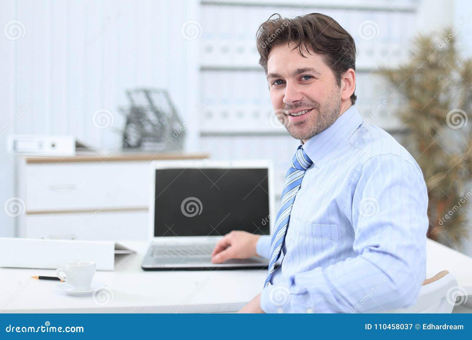 Closeup stiligt affärsmansammanträde i detta skrivbord
