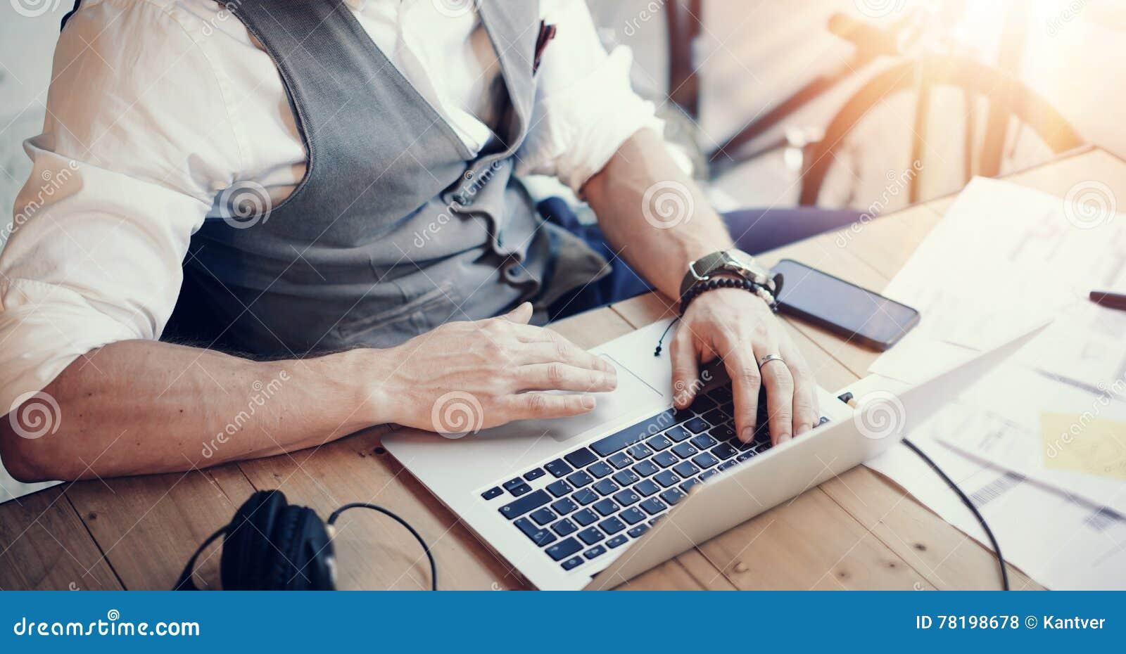 Closeup uppsökt affärsmanWearing White Shirt Waistcoat som arbetar Startup projekt för modernt kontor Idérika unga Guy Using