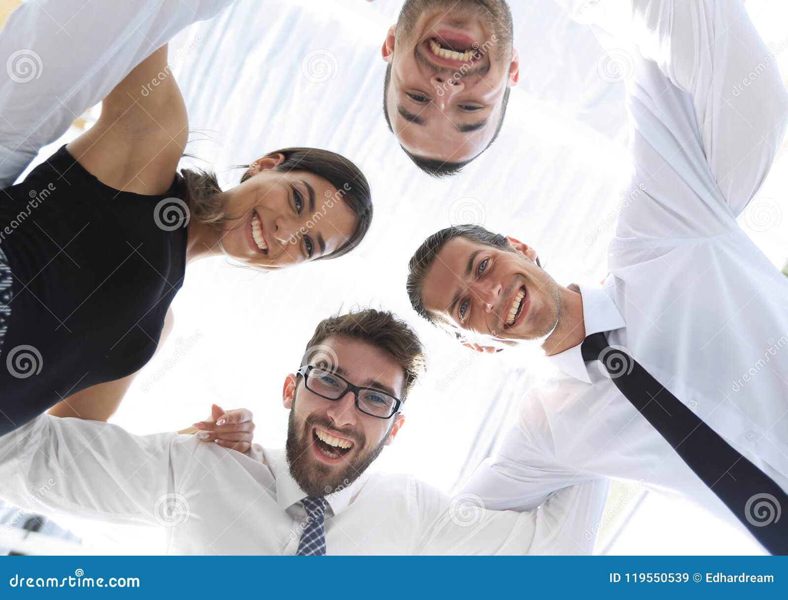 Closeup Vista inferior Equipe bem sucedida do negócio