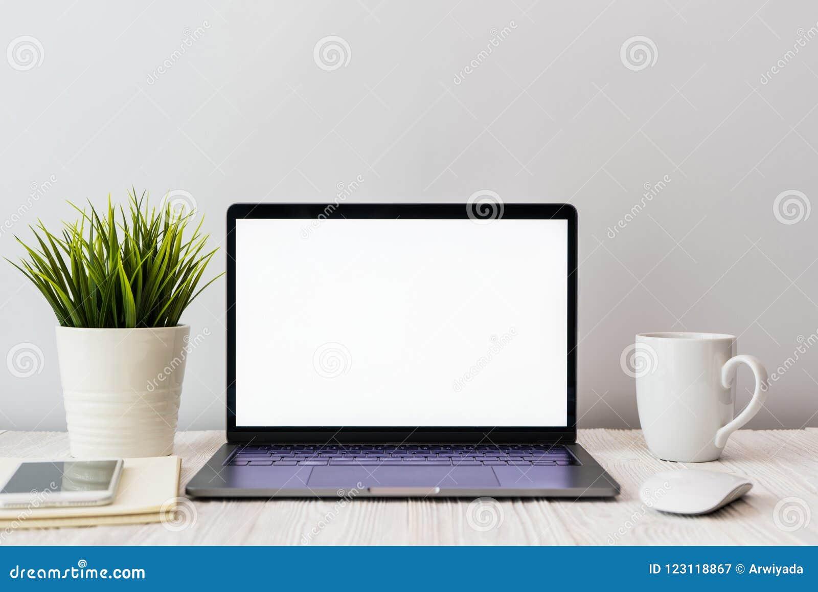 Closeupbild av ett tangentbord med en telefon- och datorbärbar dator t