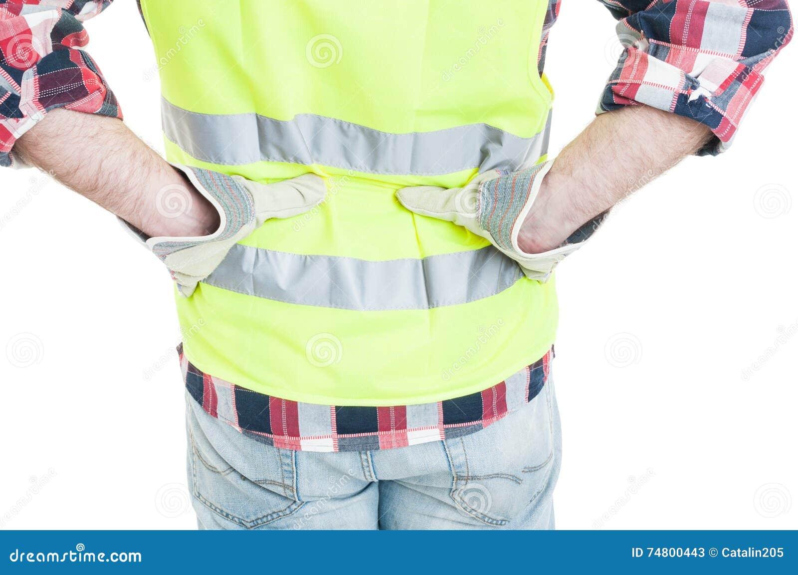 Closeupen av byggmästaren som känner lägre tillbaka, smärtar