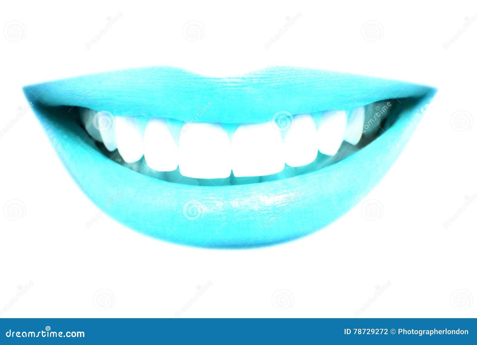 Closeupen av härliga blåa kanter ler med sunda tänder på vit bakgrund