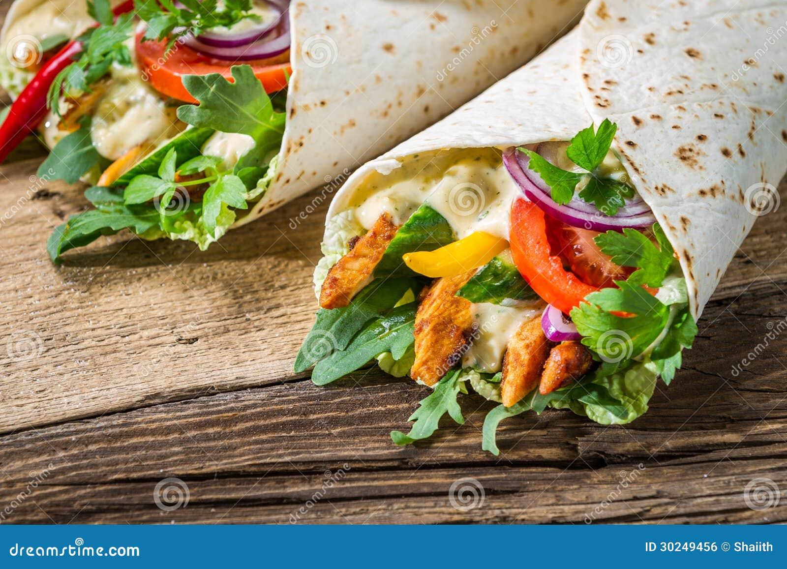 Closeup av smaklig kebab med grönsaker och höna