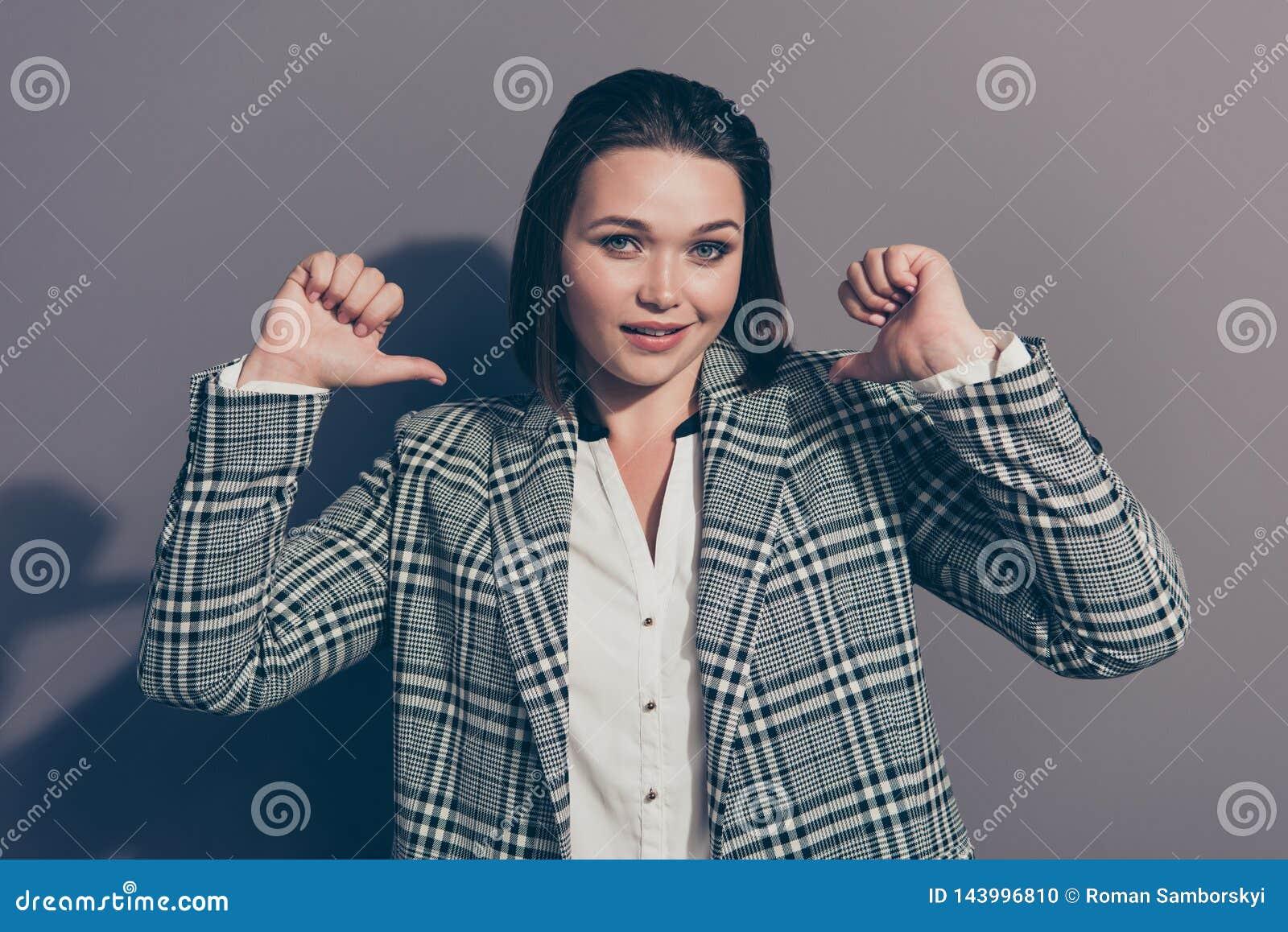 Closeupfotostående av den listiga rävaktiga seende kameran som pekar på henne som ler henne hennes dam som bär den stilfulla pläd