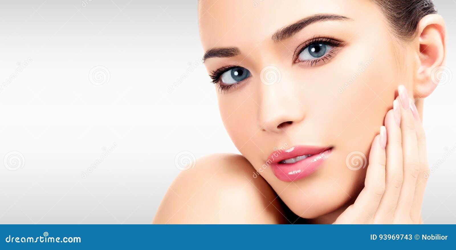 Closeupheadshotstående av en härlig kvinna med skönhetframsidan