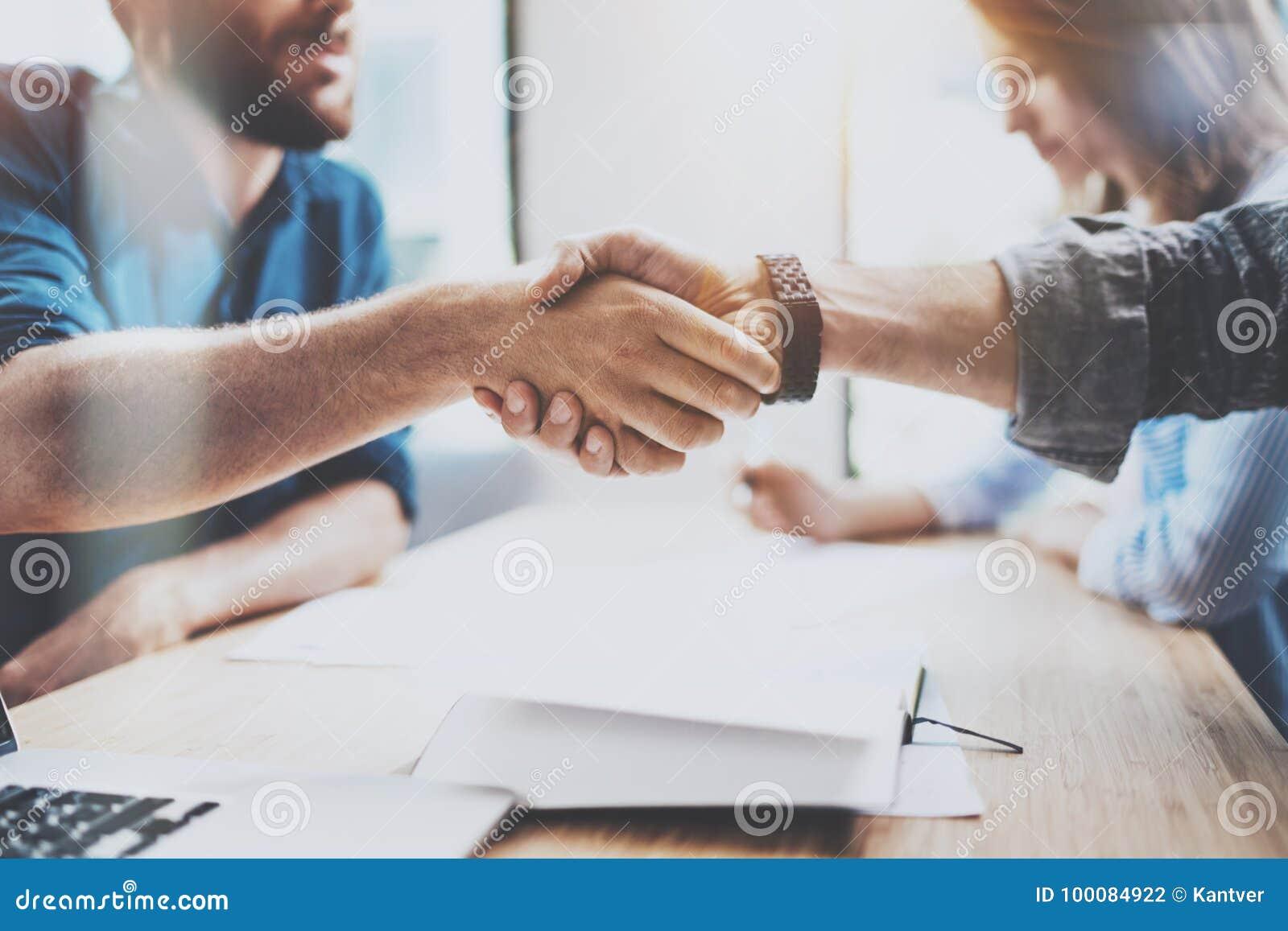 Closeupsikt av den manliga partnerskaphandskakningen för affär För coworkershandshaking för foto två process Lyckat avtal efter u