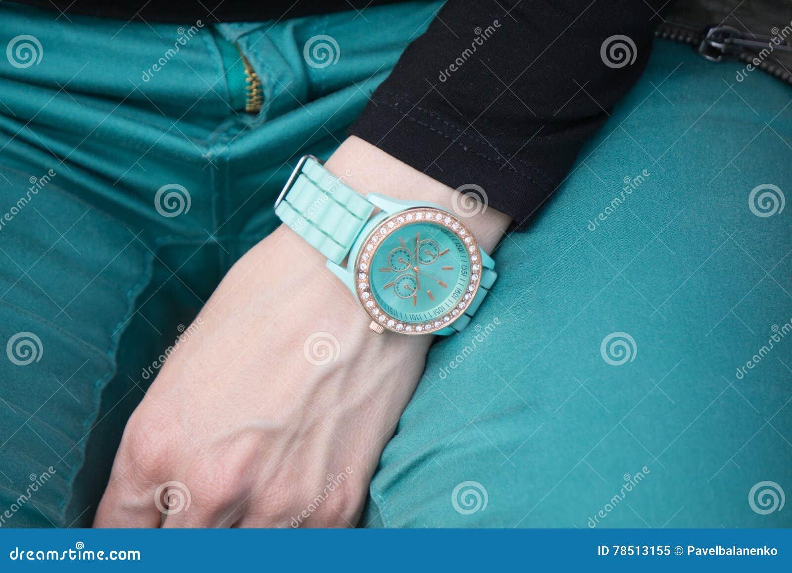 Closeupskott av en kvinnahand med klockan