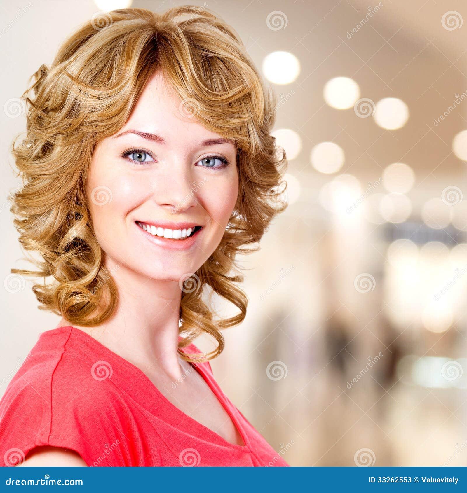 Closeupstående av den lyckliga blonda kvinnan