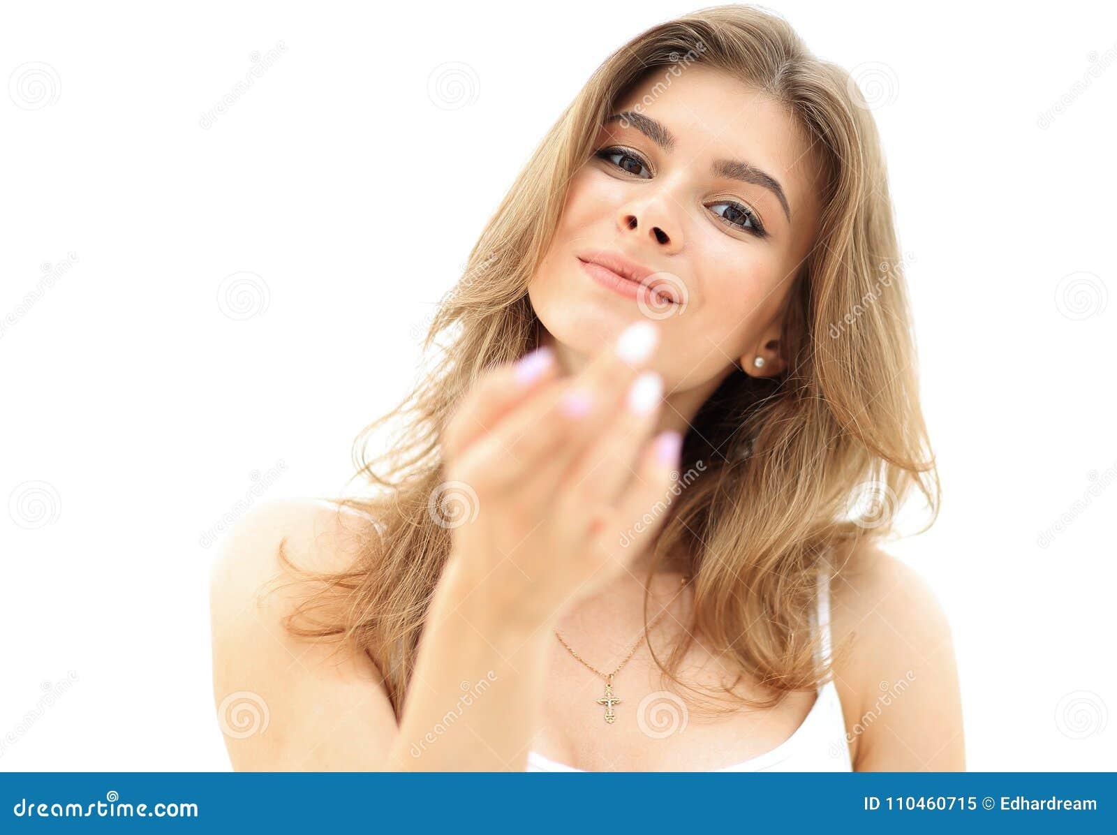 Closeupstående av en le ung kvinna med ljust smink