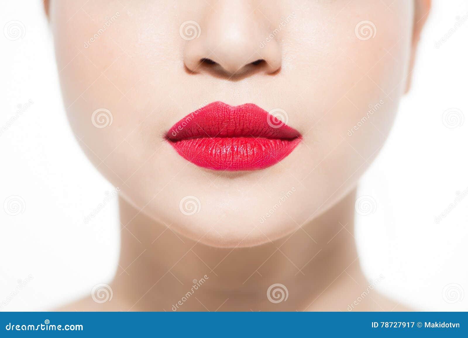 Closeupstående av sminket för zon för kanter för ` s för ung kvinna