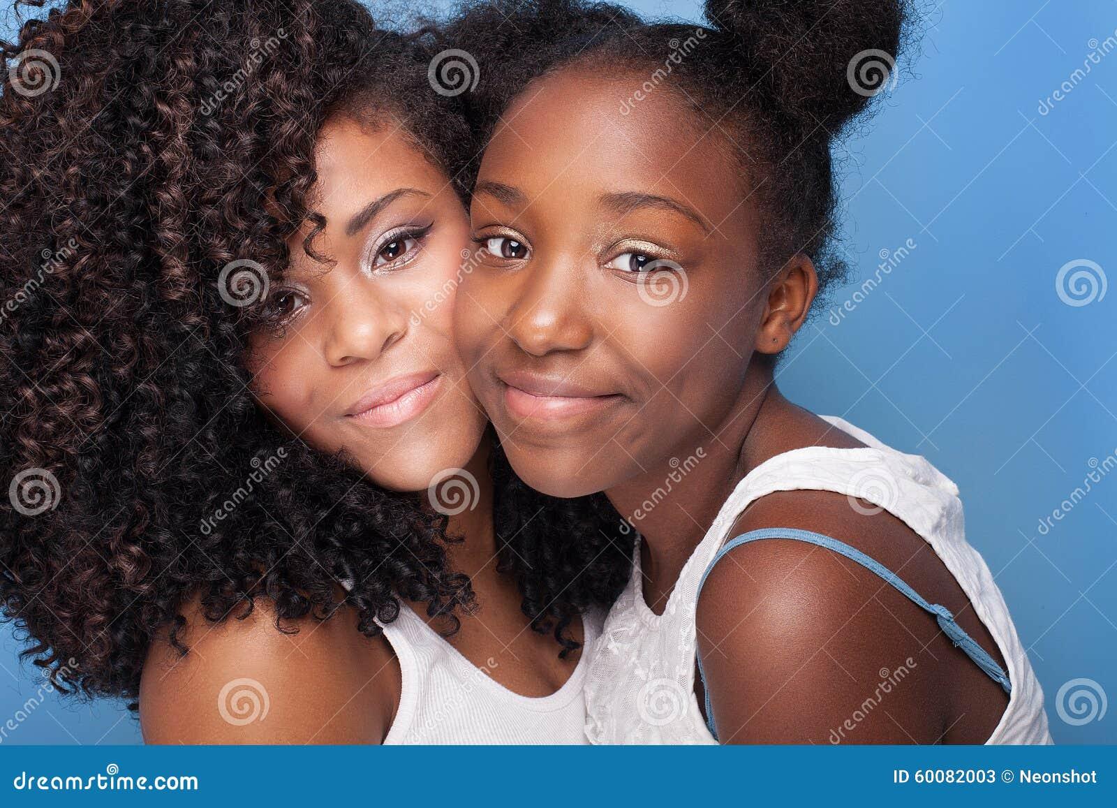 Closeupstående av två unga systrar