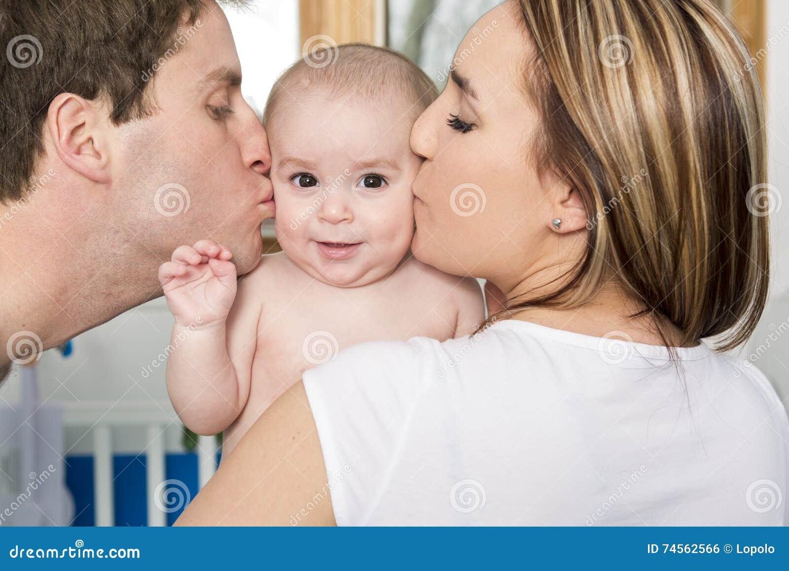 Closeupståenden av barn uppfostrar att kyssa den härliga nyfödda sonen
