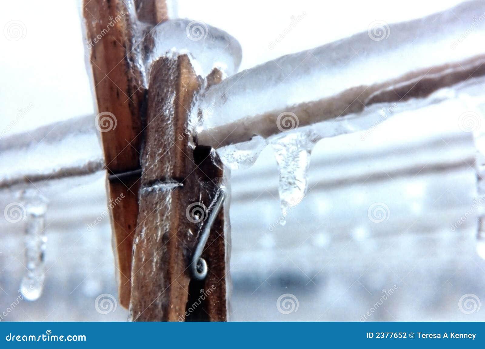 Clothespins congelati in linea