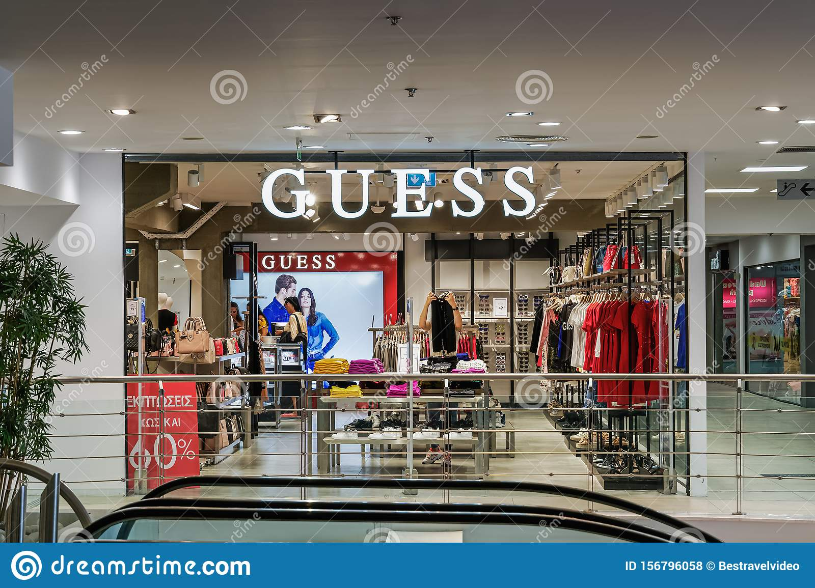 moderno ed elegante nella moda prezzo limitato 2019 autentico Guess Outlet Retailer Store Interior. Editorial Stock Photo ...