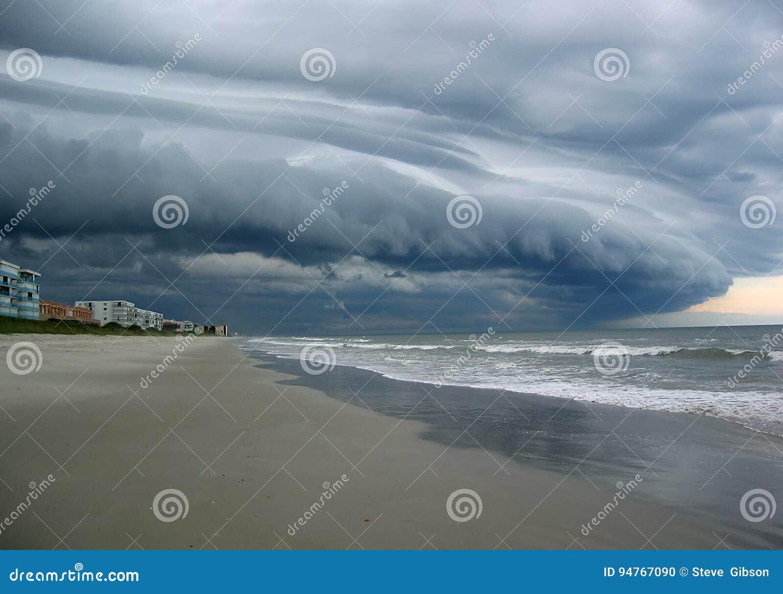 Clouds den mörka dramatiska stormen