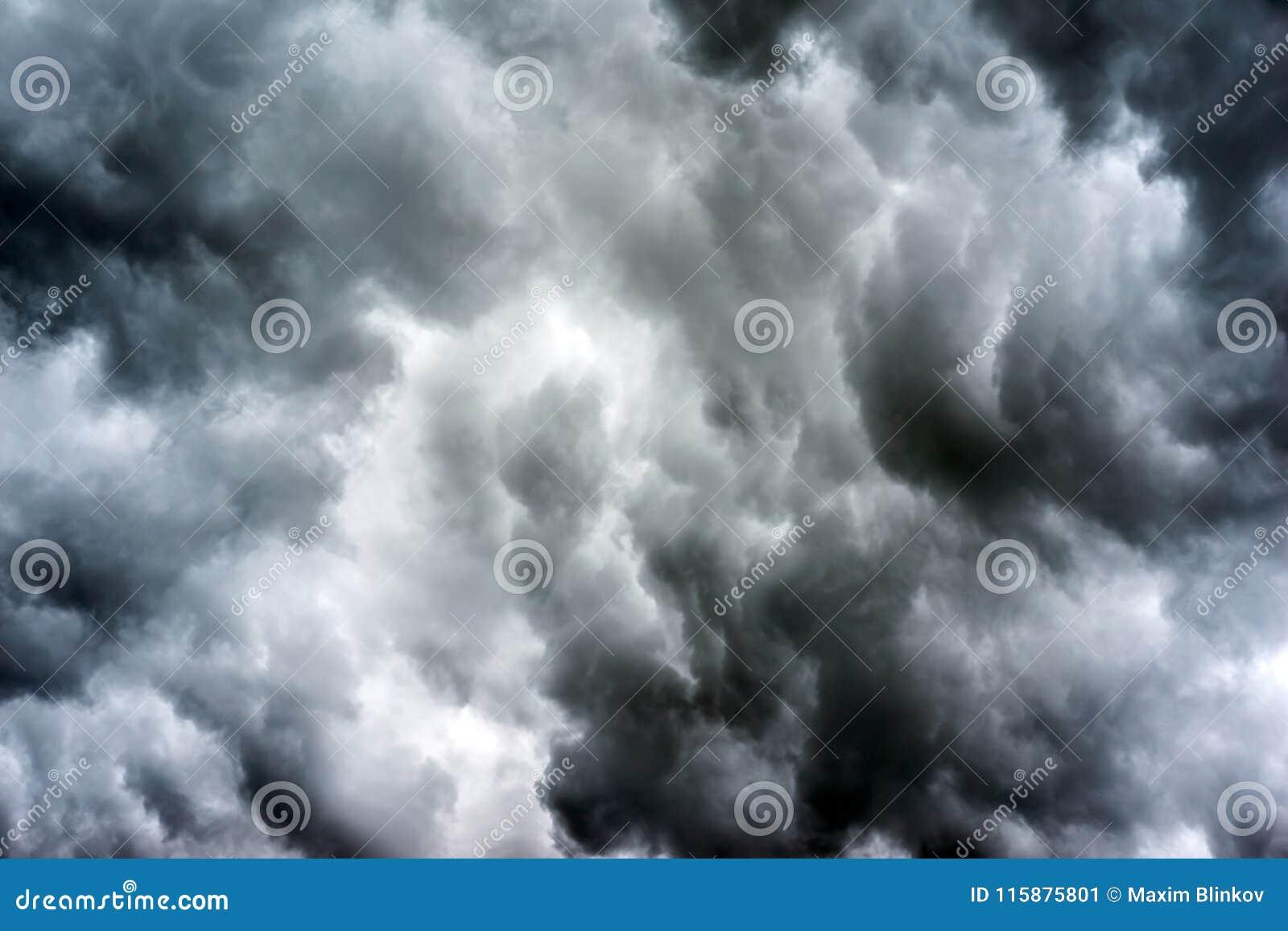 Clouds den mörka stormen