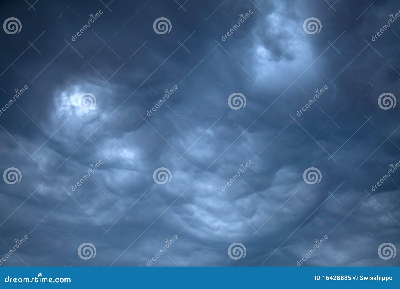 Clouds illavarslande regn