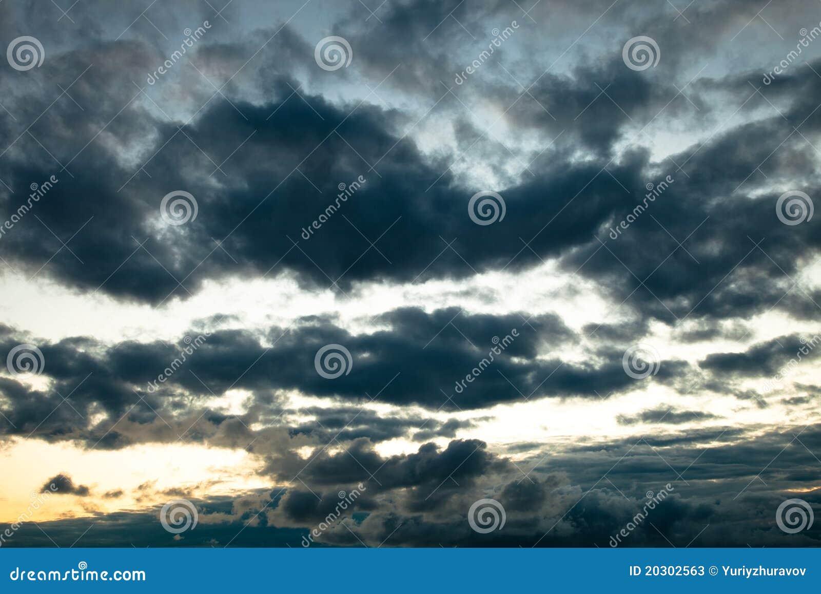 Clouds mörkt illavarslande