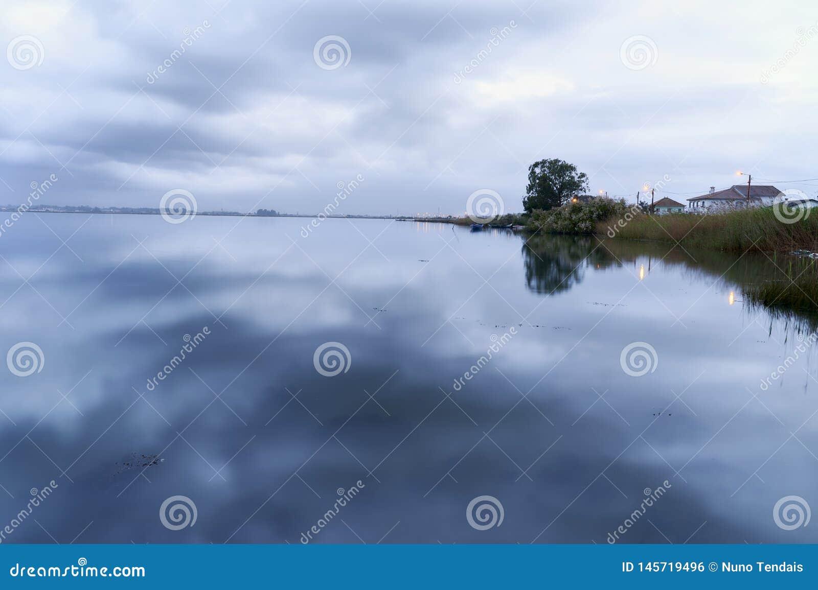 Clouds See auf Winter an der blauen Stunde