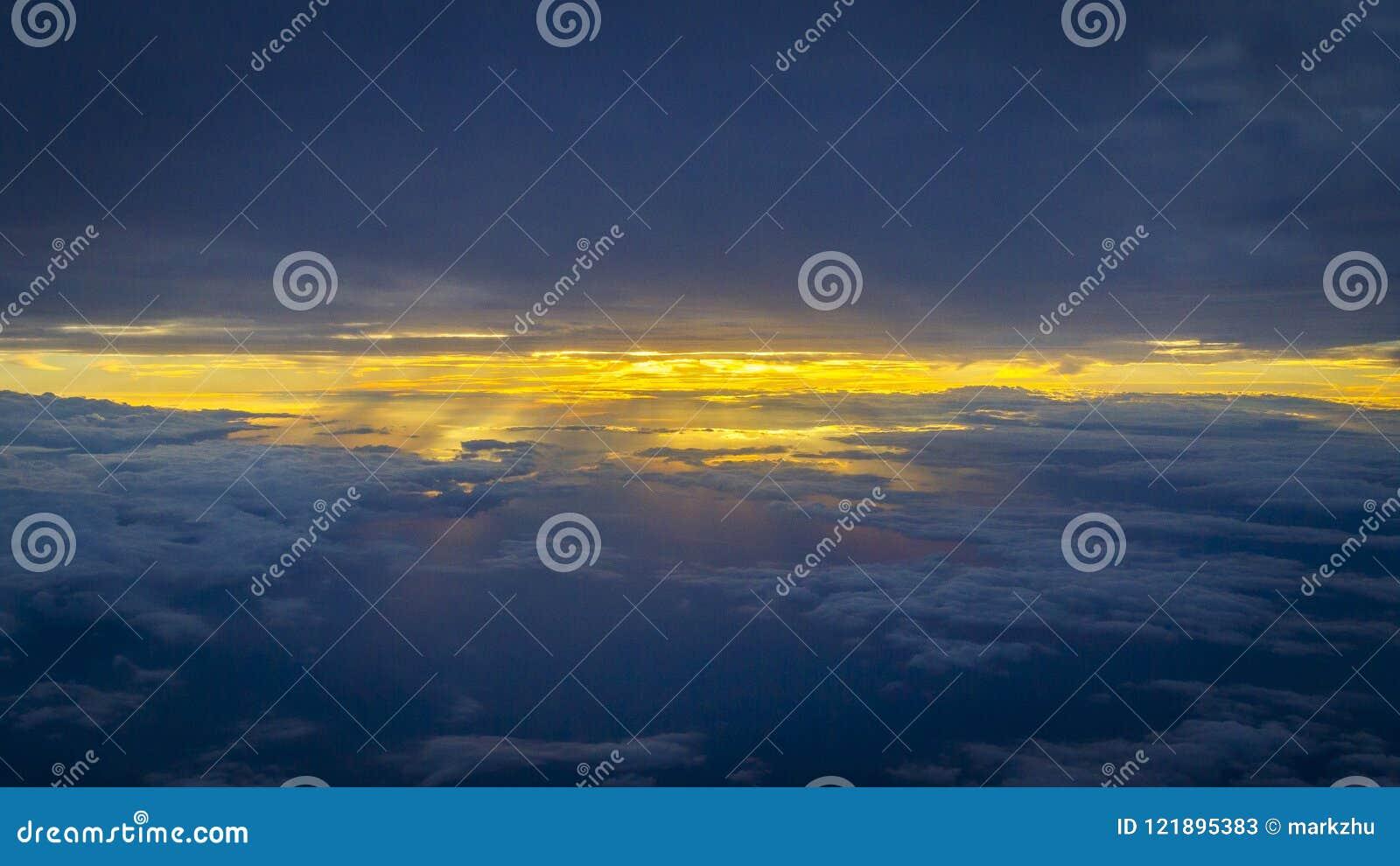 Cloudscape över soluppgång med strålar av solsken
