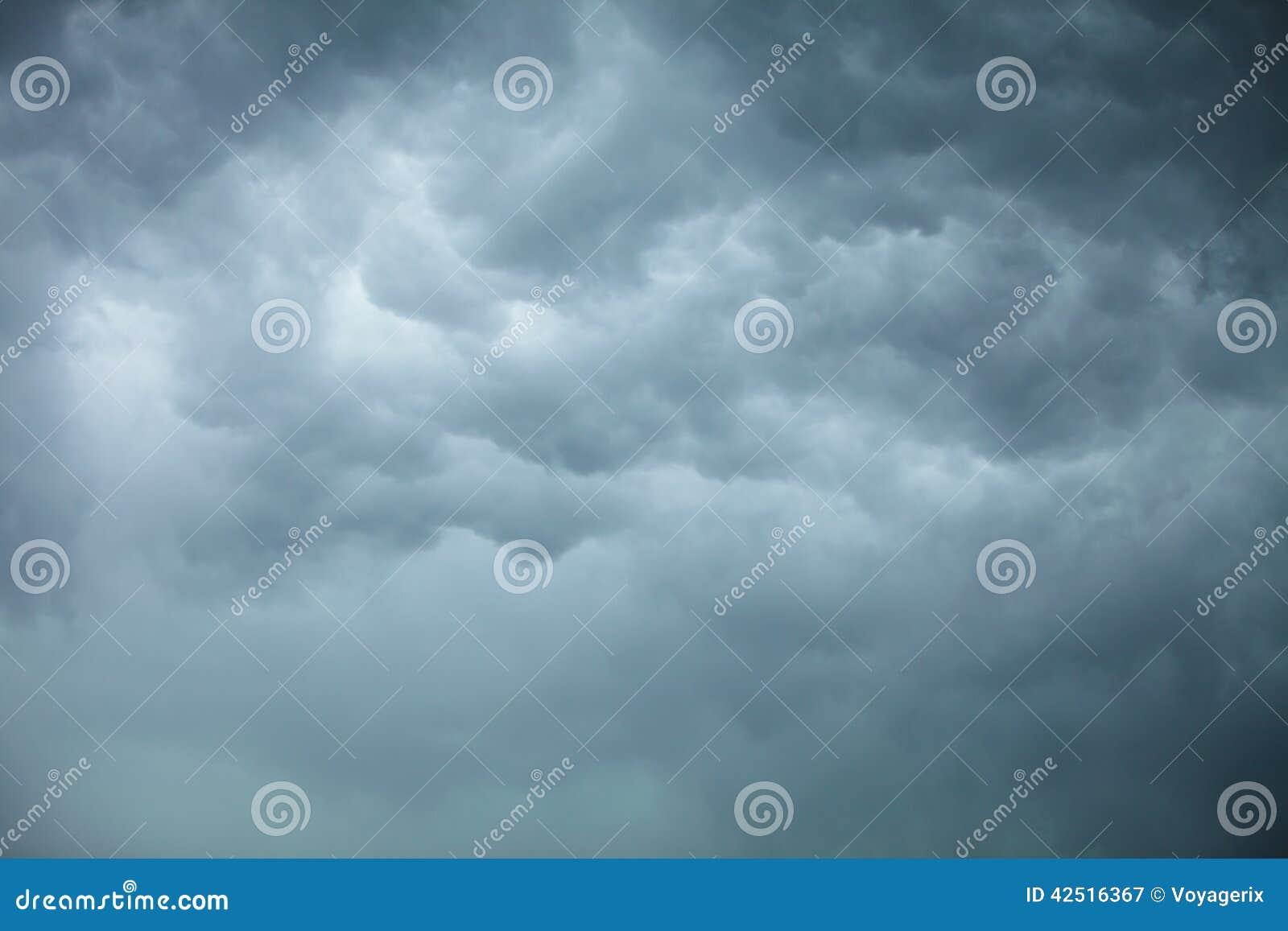 Cloudscape dramático Nubes tempestuosas en el cielo