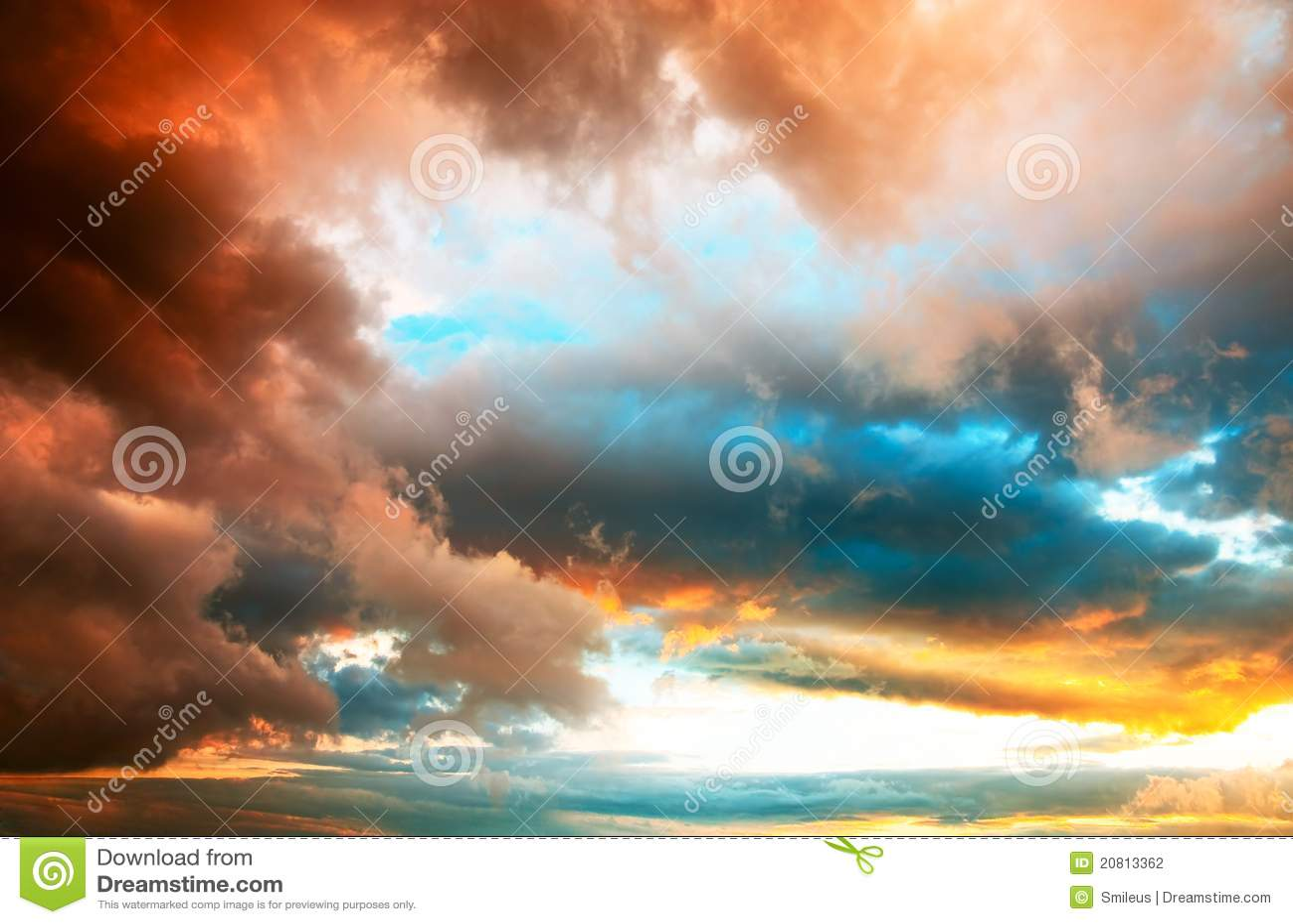 Cloudscape excessif de coucher du soleil