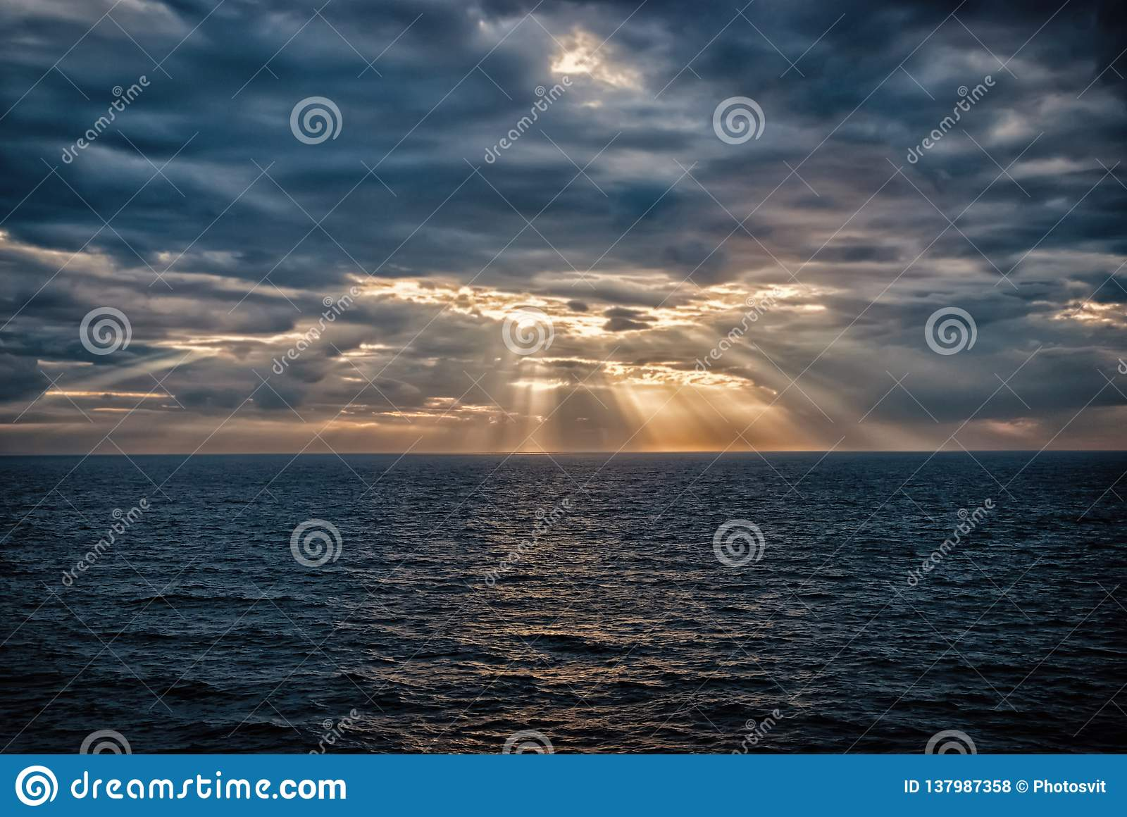 Cloudscape med solstrålar över havet i London, Förenade kungariket Hav på molnig himmel Moln på dramatisk himmel Aftonnatur