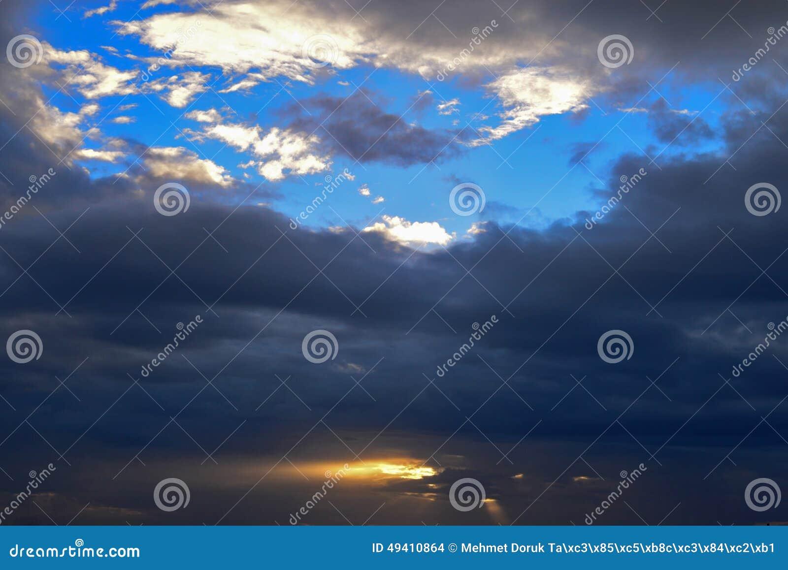 Download Cloudscape Mit Dunklen Wolken Stockfoto - Bild von cloudscape, phantasie: 49410864
