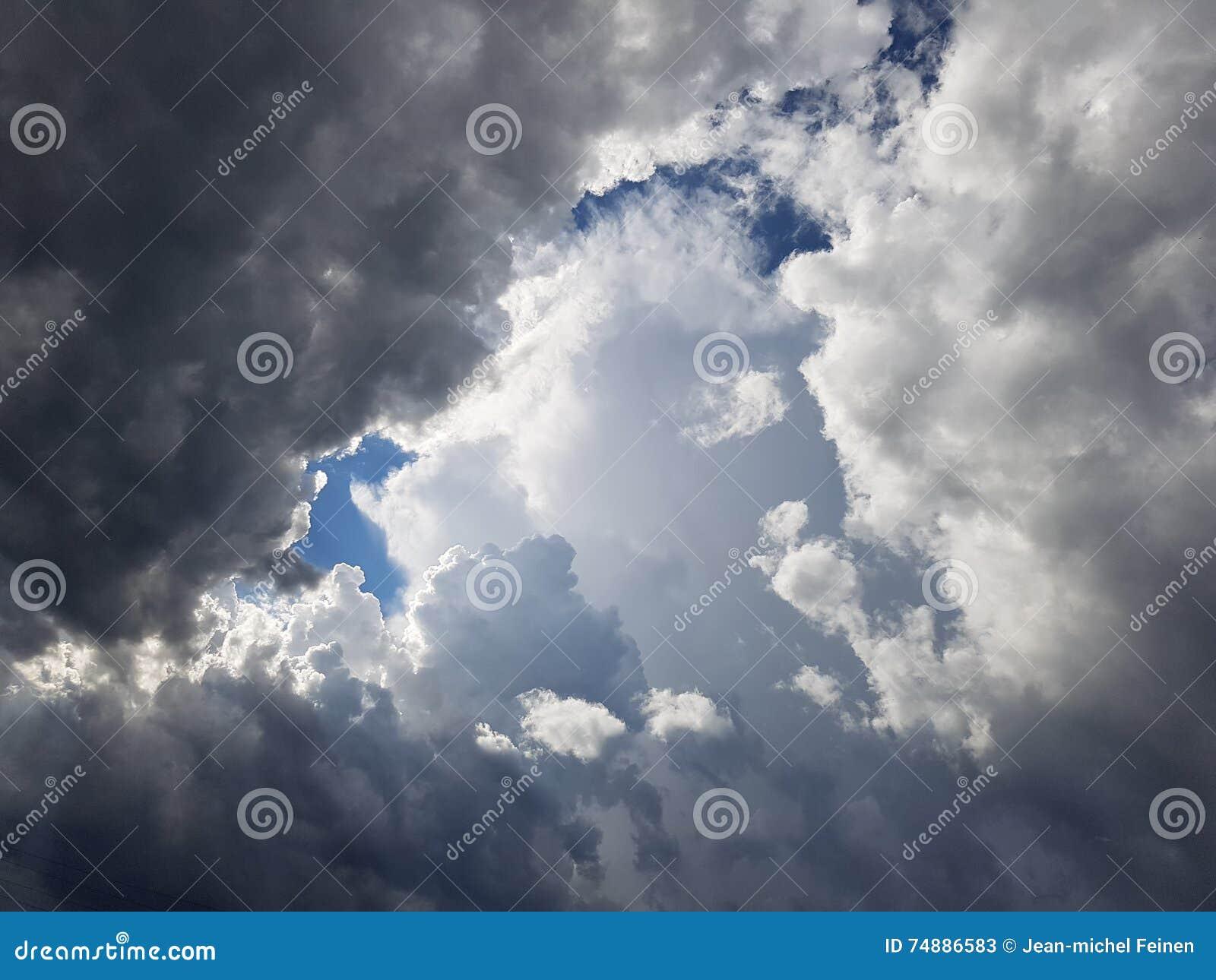 Cloudscape tormentoso com especs. do céu azul