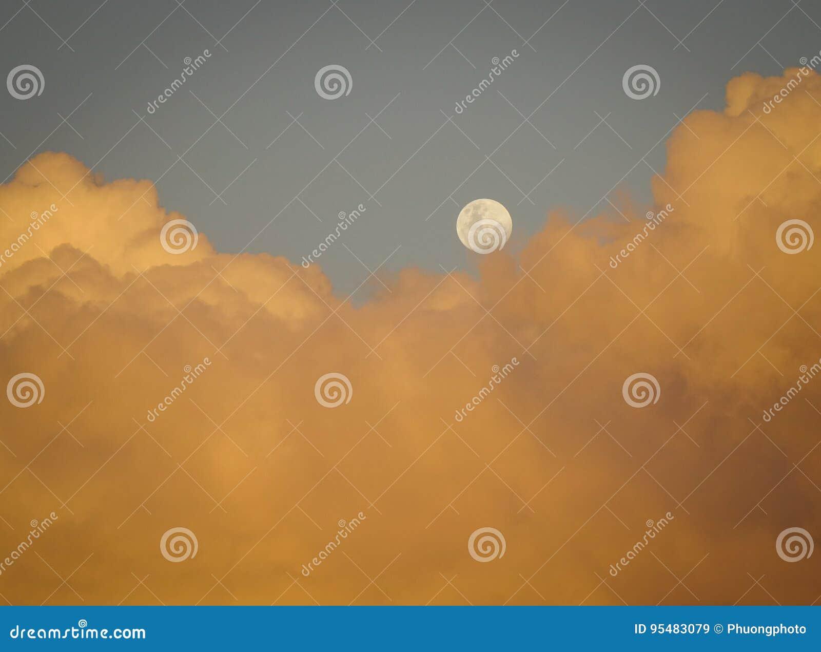Cloudscape z półksiężyc księżyc