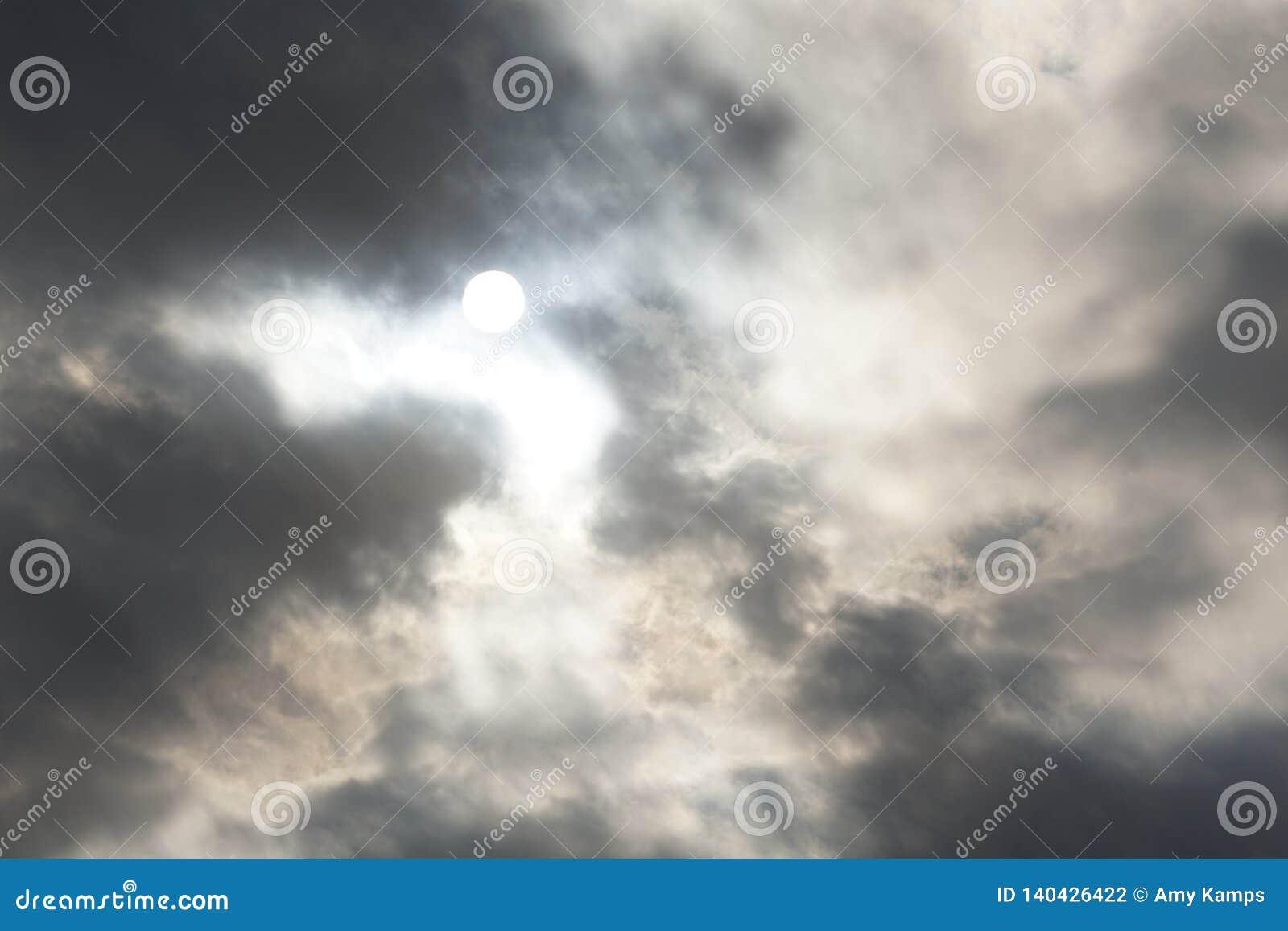 Cloudscapes belamente escuro
