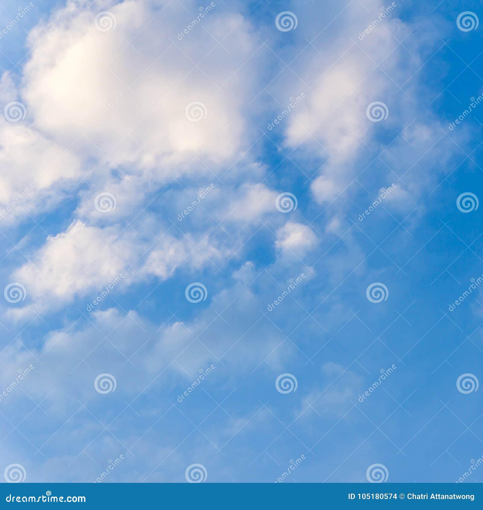 Clound del cielo azul y del cúmulo