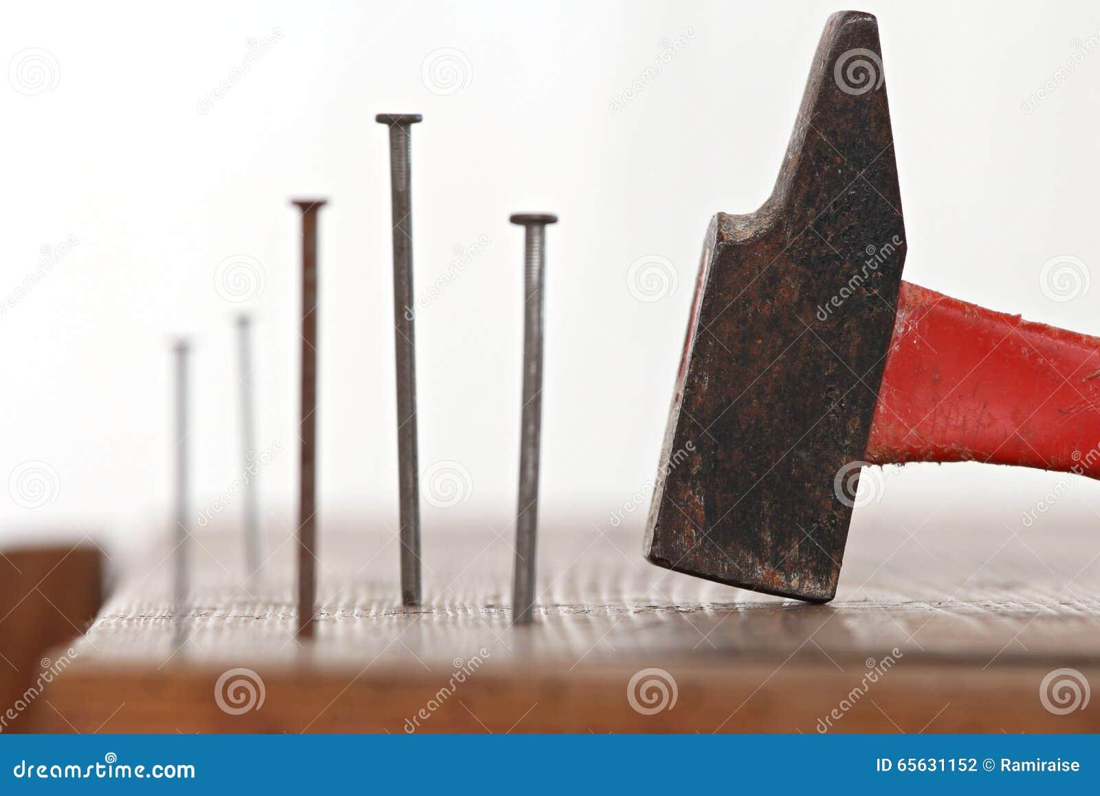 Clous et un marteau