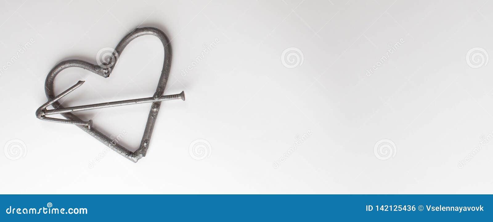 Clous faits main forgés en métal de coeur sur un fond blanc Rose et coeur forgés Configuration plate, concept minimal de vue supé