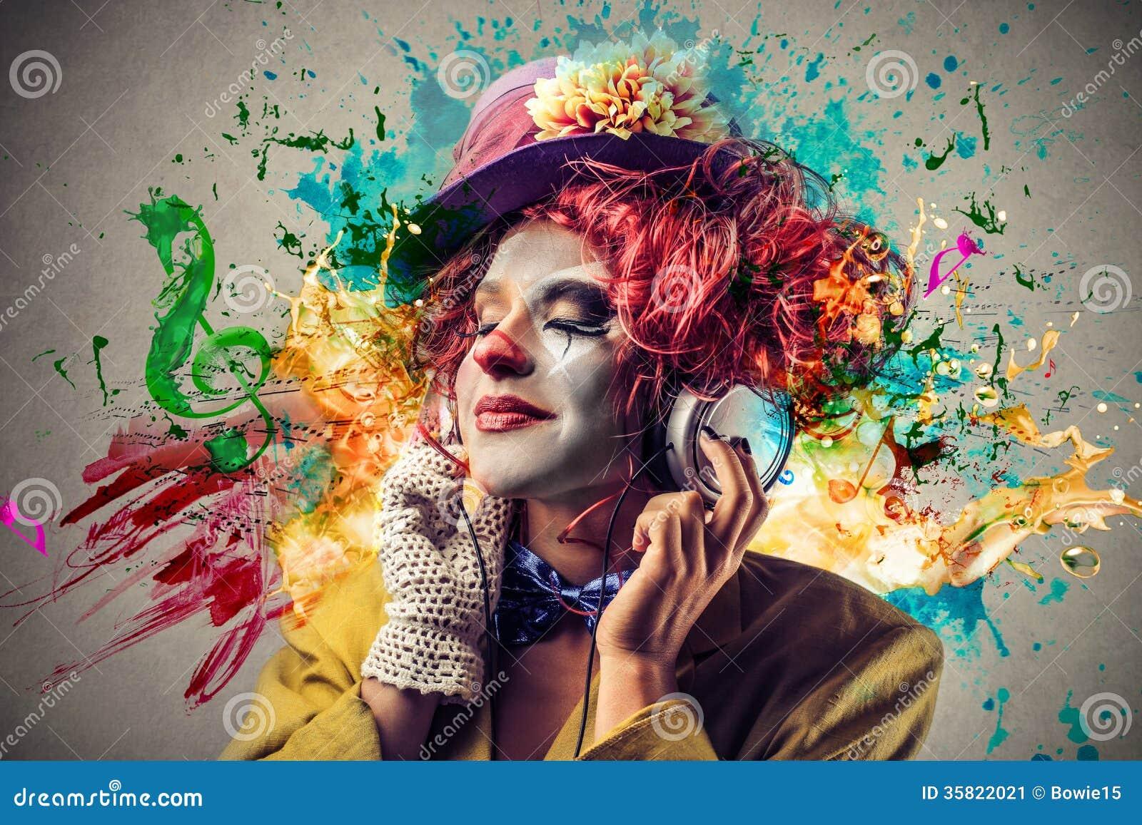 Clown die aan de muziek luisteren