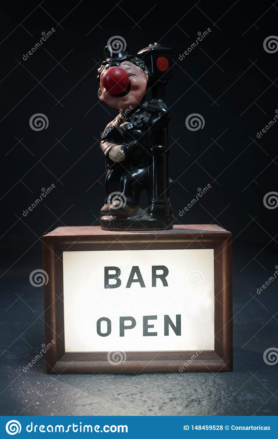Clown die zich op een teken bevinden dat open bar zegt