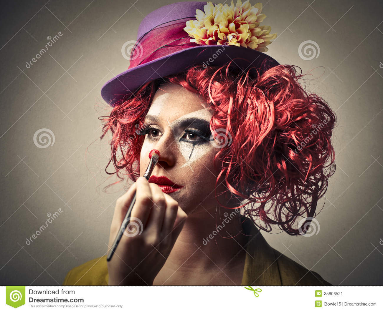 clown mettant sur du maquillage image stock image 35806521. Black Bedroom Furniture Sets. Home Design Ideas