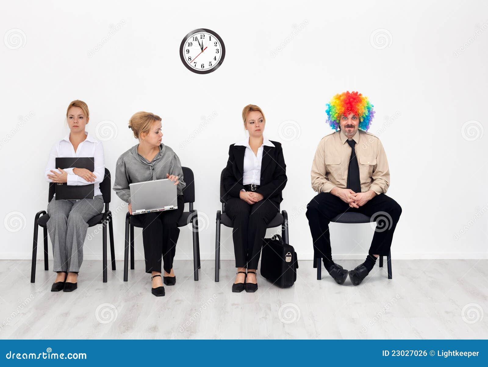 Clown parmi des candidats de travail