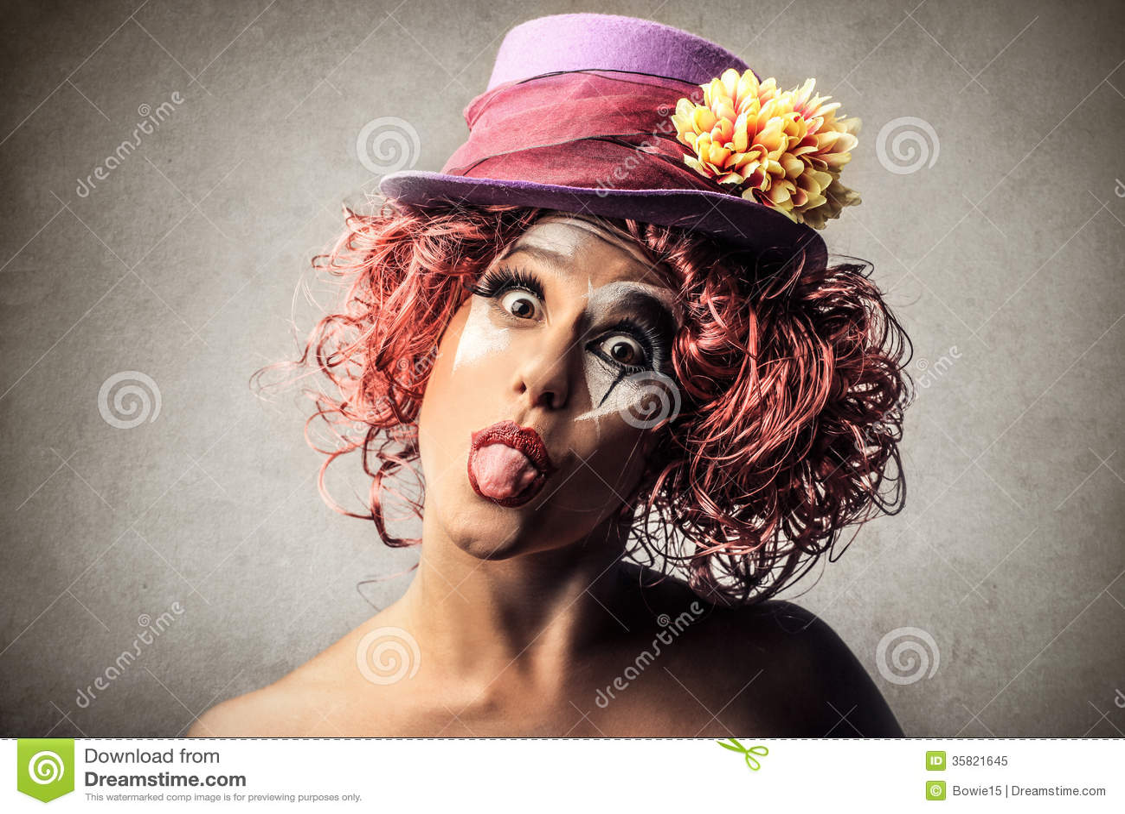 Clown som ut klibbar hennes tounge