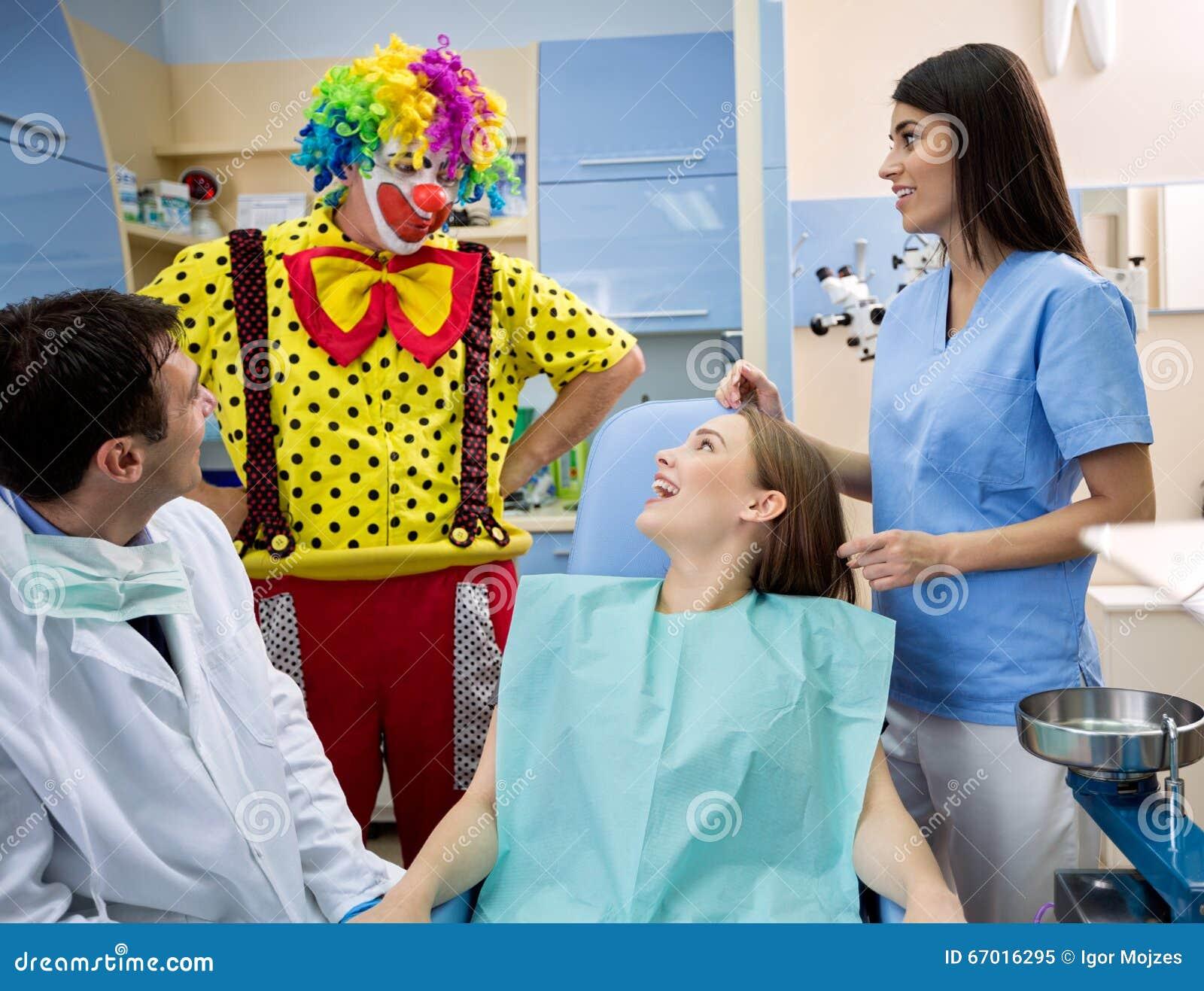 Clownen underhåller flickan i tand- ambulans