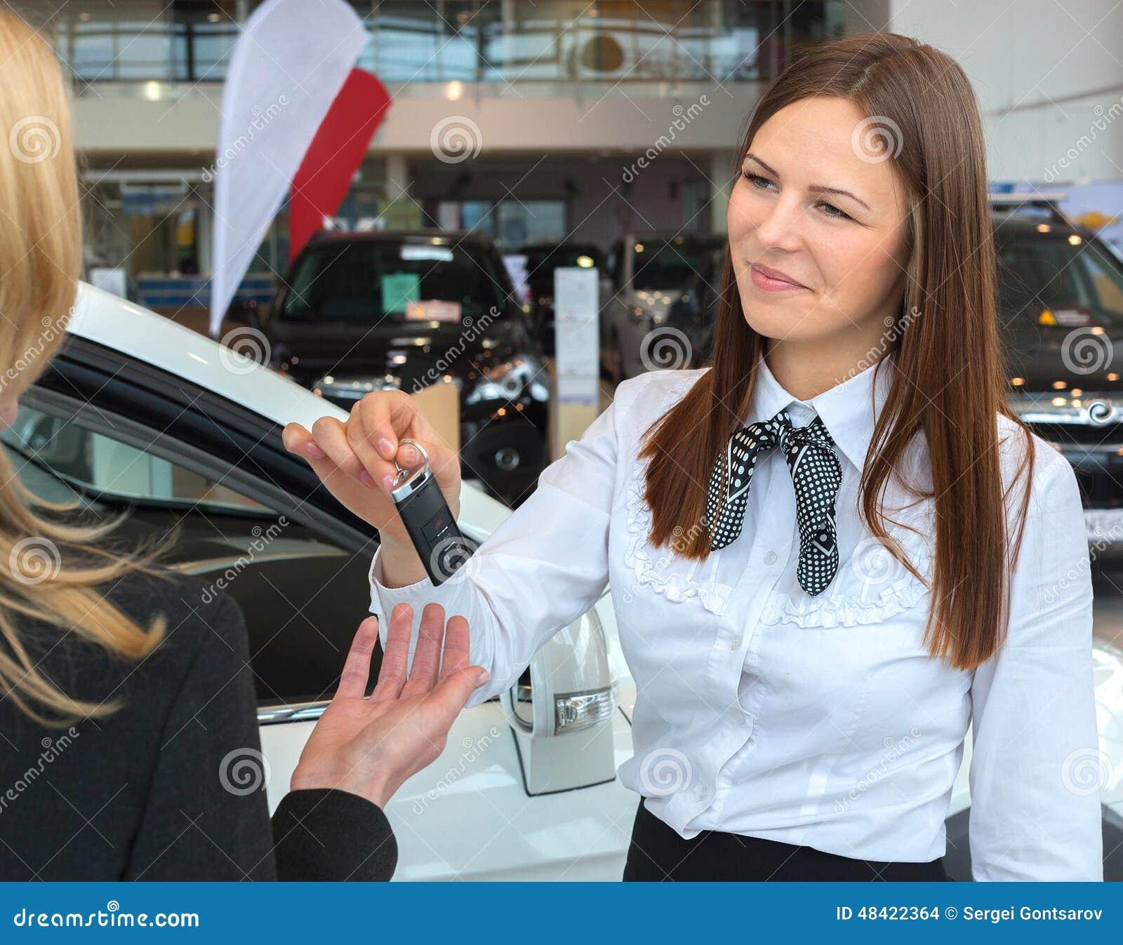 cl s de remise de vendeuse de voiture pour une nouvelle voiture la jeune femme photo stock. Black Bedroom Furniture Sets. Home Design Ideas