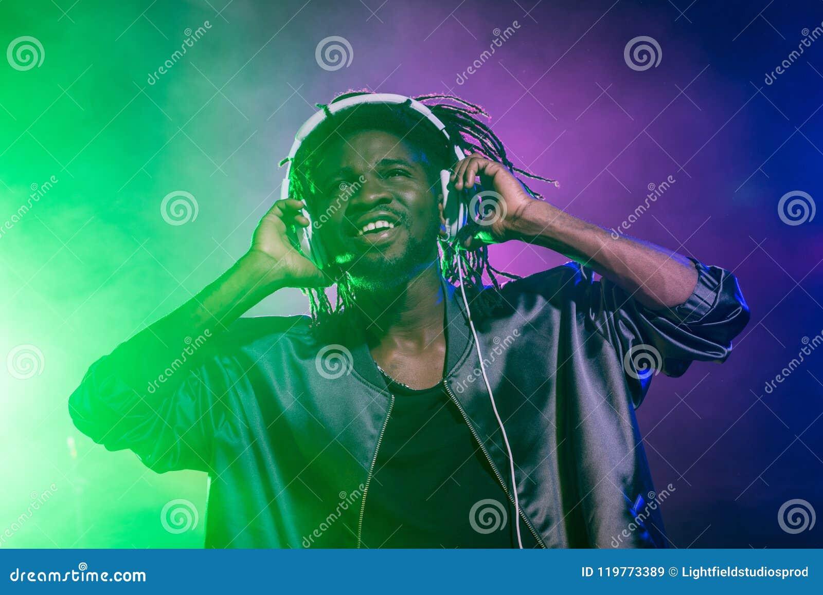 Club afroamericano profesional DJ en auriculares