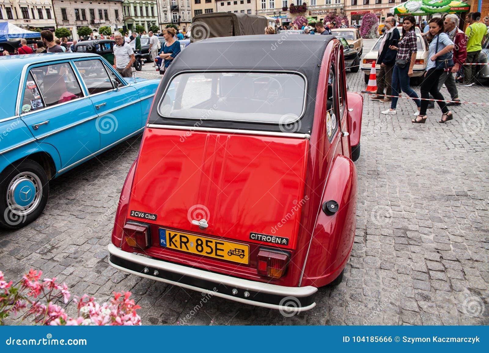 7cdcba2b8 Club de Citroen 2CV6, vista posterior, coche retro del diseño Exposición de  los coches del vintage Reunión de los viejos anciens de los vehículos del  ...