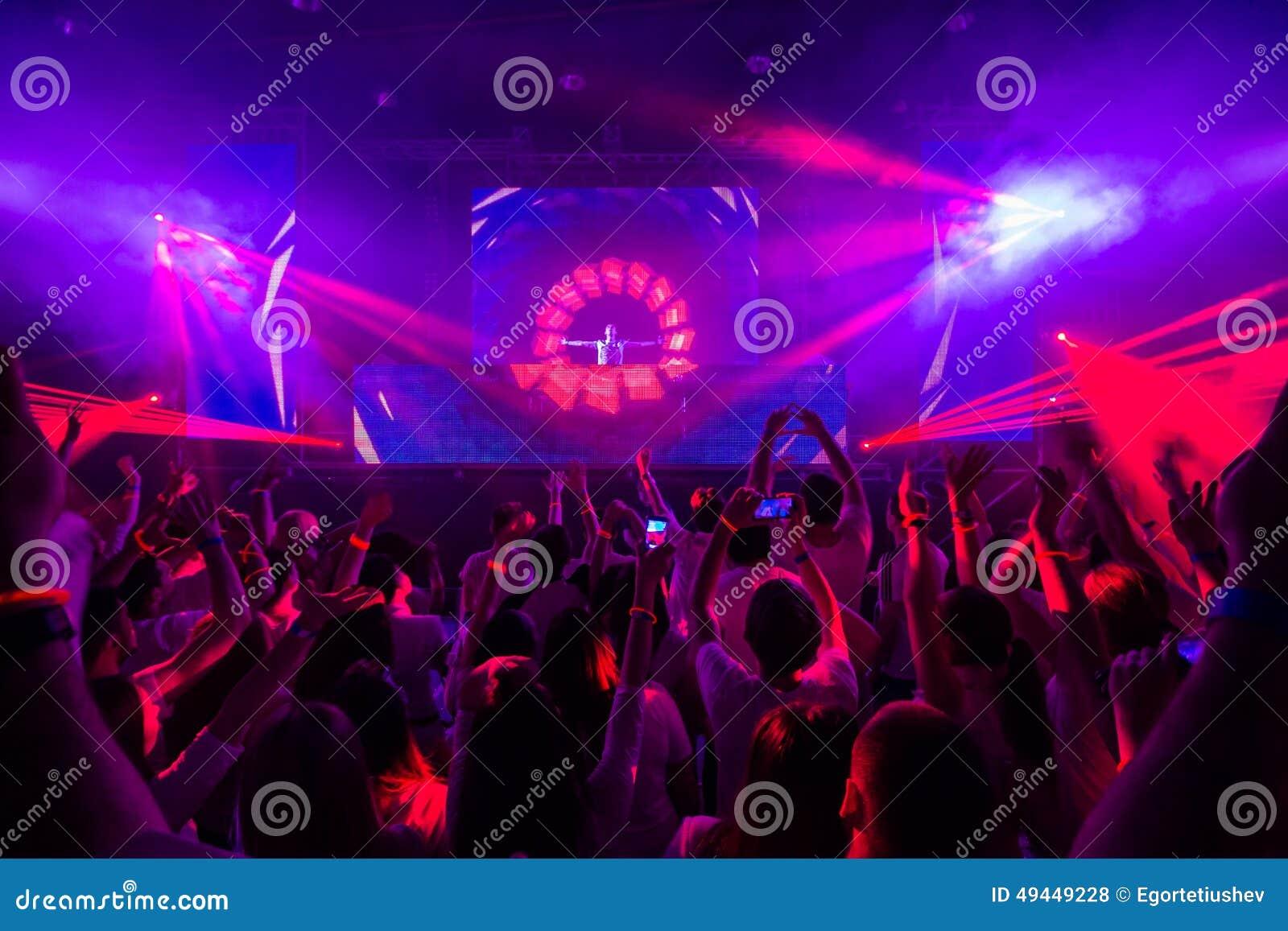 Club de disco avec le DJ sur l étape